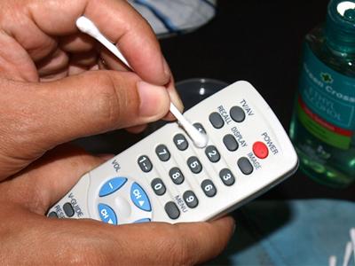 تمیز کردن کنترل تلویزیون